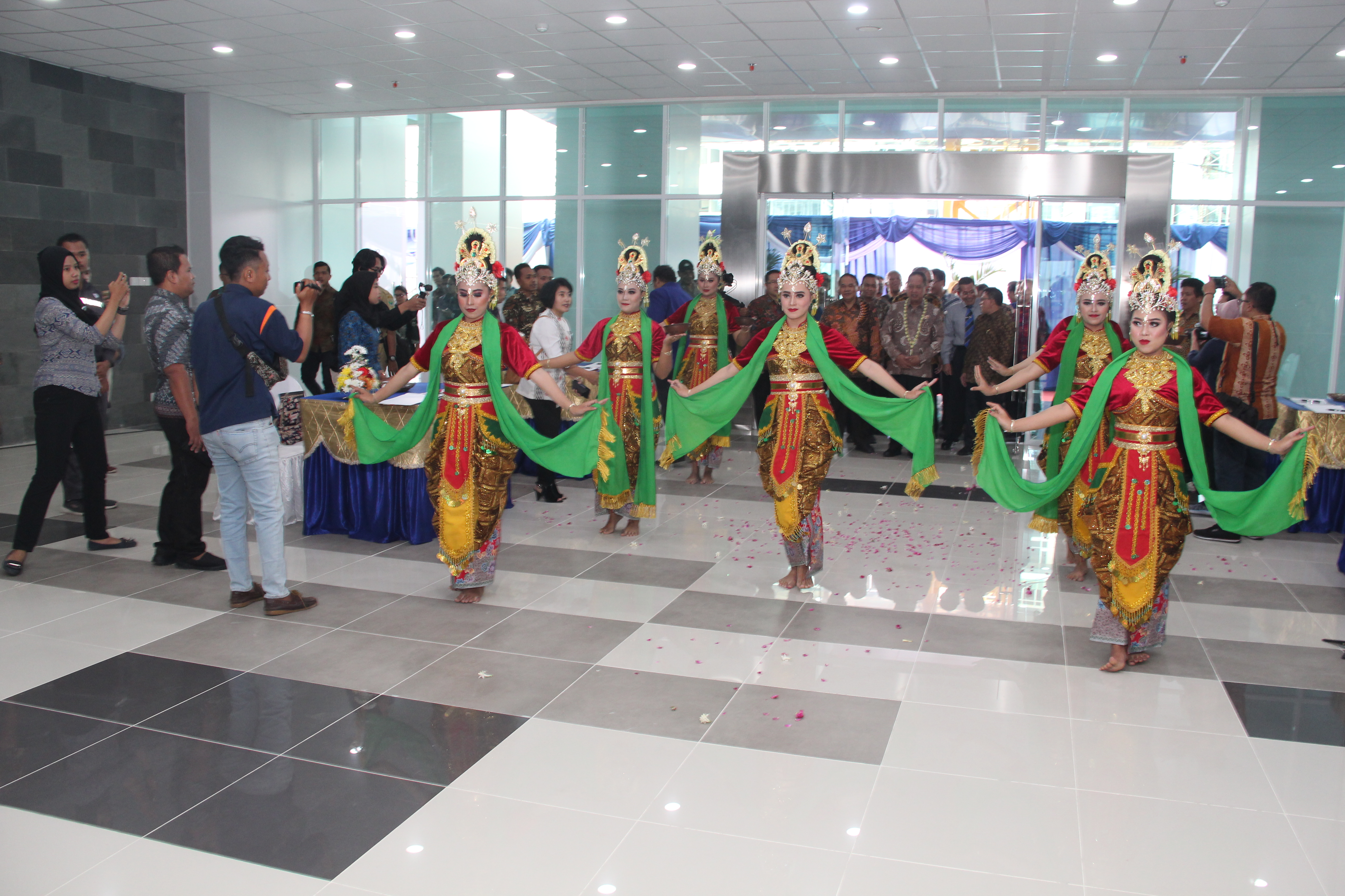Welcoming the Minister of Research, Technology and Higher Education, accompanied by dancers